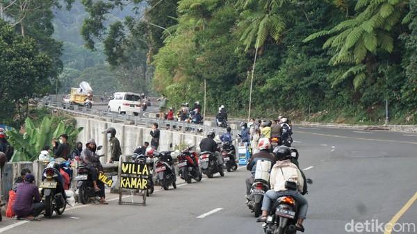 Secara umum, ganjil genap bisa dibilang berhasil menekan kepadatan pengunjung ke Puncak, Bogor. Karena, bahkan kawasan Gunung Mas hingga Masjid AttaAwun yang biasanya dipadati motor di pinggir jalan pun tak terlihat lagi (Ahmad Masaul Khori/detikcom)