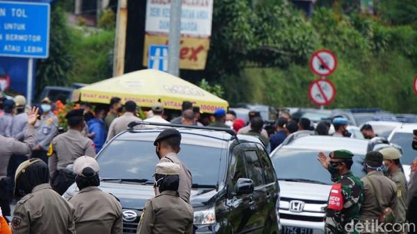 Titik kemacetan yang terjadi selepas salat zuhur atau sekitar pukul 13.00 WIB. Namun, kemacetan ini hanya sebentar saja, bukan total. Tiga tempat tersebut ialah Pos penyekatan di Simpang Gadog, Kawasan Megamendung dan Pasar Cisarua. (Ahmad Masaul Khori/detikcom)