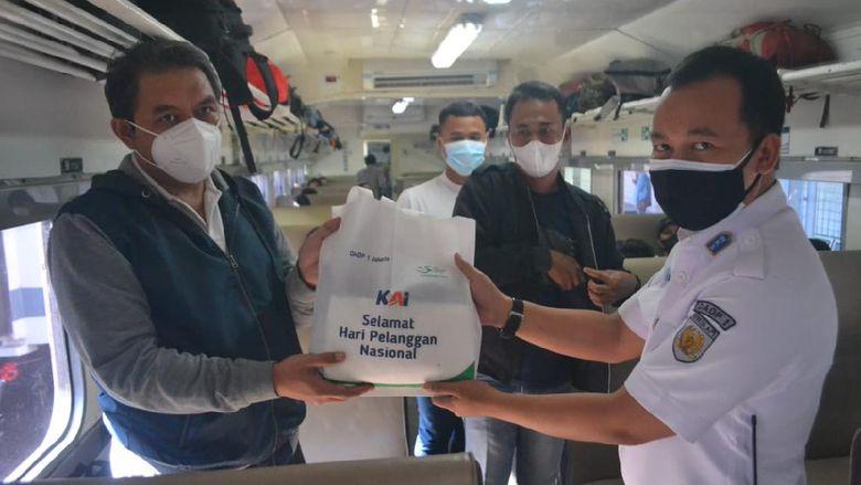 Hari Pelanggan Nasional 2021, PT KAI Daop 1 Jakarta Berikan Salam Penghormatan Khusus dan Bagikan Ratusan Souvenir Serta Minuman Gratis