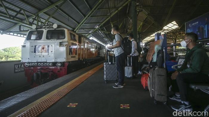 Bertepatan dengan Hari Pelanggan Nasional 2021, PT KAI Daop 1 Jakarta membagikan souvenir kepada penumpang di Stasiun Gambir, Jakarta, Sabtu (4/9/2021).