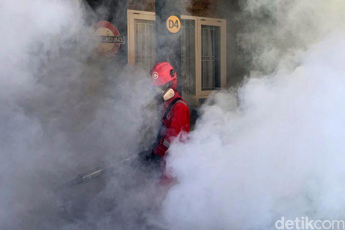 Petugas fogging nyamuk demam berdarah melakukan pengasapan di perumahan Villa Andalusia 2, Jatiasih, Bekasi, Sabtu (4/9). Warga swasembada menyewa jasa fogging untuk menghindari penyakit demam berdarah.