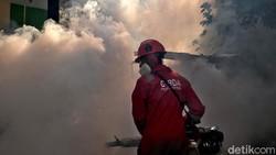 Petugas fogging melakukan pengasapan di perumahan Villa Andalusia 2, Bekasi, Sabtu (4/9). Warga menyewa jasa fogging untuk menghindari penyakit demam berdarah.