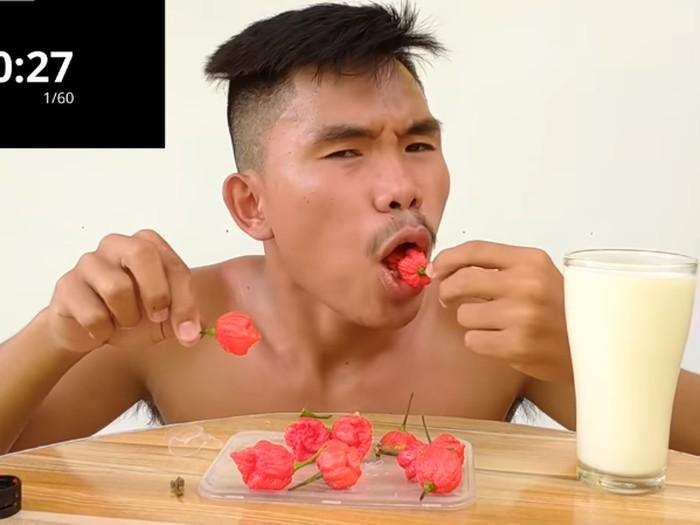 Makan cabe carolina reaper yang pedasnya menyengat