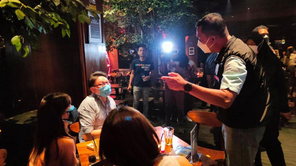 Polisi Razia Bar-Kafe Buka Tengah Malam di Jakarta, Pengunjung Dibubarkan