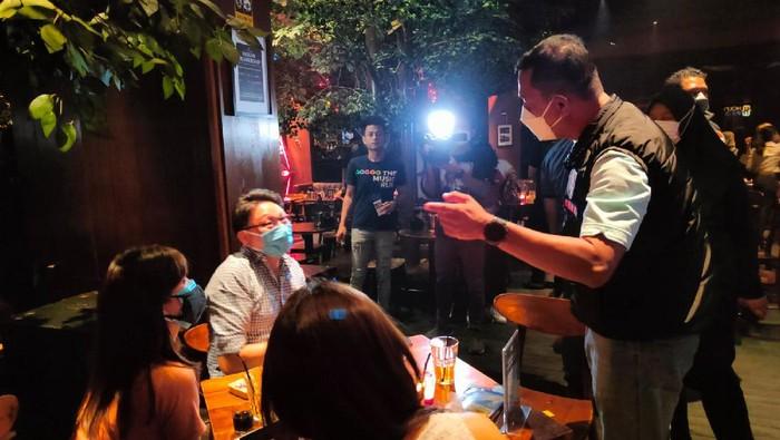 Polisi merazia bar dan kafe di Jakarta Utara yang masih beroperasi tengah malam (Dok Polda Metro Jaya)