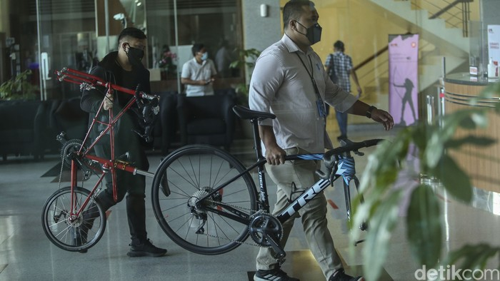 KPK menggelandang 17 tersangka kasus suap Bupati Probolinggo. Selain itu, KPK mengamankan sejumlah barang bukti seperti sepeda mewah Alex Moulton.