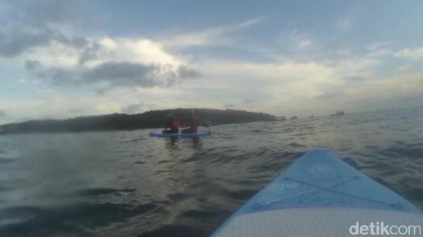Wahana bermain paddling di pantai Pangandaran sendiri relatif baru. Baru 2 minggu buka. Bahkan pihak pengelola mengaku belum menentukan tarif. Paddle board tersebut merupakan milik Balawisata atau tim penjaga pantai Pangandaran. (Faizal Amiruddin/detikTravel)