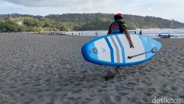 Ada wahana permainan baru di Pantai Pangandaran yaitu main paddle board, seperti yang biasa dilakukan Bu Susi Pudjiastuti. Permainan satu ini menuntut keterampilan menahan keseimbangan di atas papan. (Faizal Amiruddin/detikTravel)