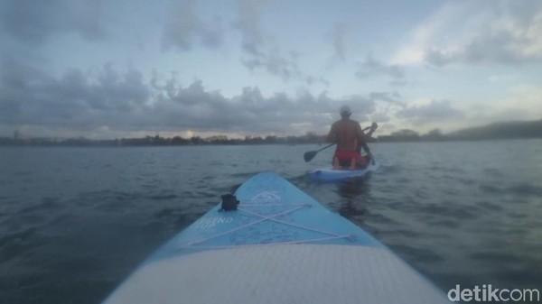 Wisatawan yang berminat mencoba olahraga paddling, bisa menghubungi pos Balawista. Paddling di Pangandaran akan membawa kita melihat pantai dari sudut pandang yang berbeda. Sunset pun terlihat lebih indah karena berada di tengah laut. (Faizal Amiruddin/detikTravel)