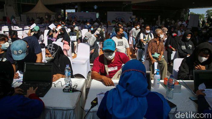 Para pekerja dan warga mengantre vaksin Covid-19 di One Bell Park Mall, Jakarta, Sabtu (4/9/2021). Vaksinasi yang terus dilakukan pemerintah untuk mempercepat pembentukan herd immunity di Indonesia.