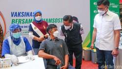 Para pekerja dan warga mengantre vaksin Covid-19 di Jakarta, Sabtu (4/9). Vaksinasi terus dilakukan untuk mempercepat pembentukan herd immunity di Indonesia.