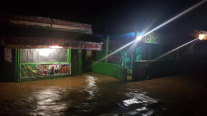 2 sungai meluap di Polman. 54 rumah warga terendam banjir, Sabtu (4/9/2021) malam.
