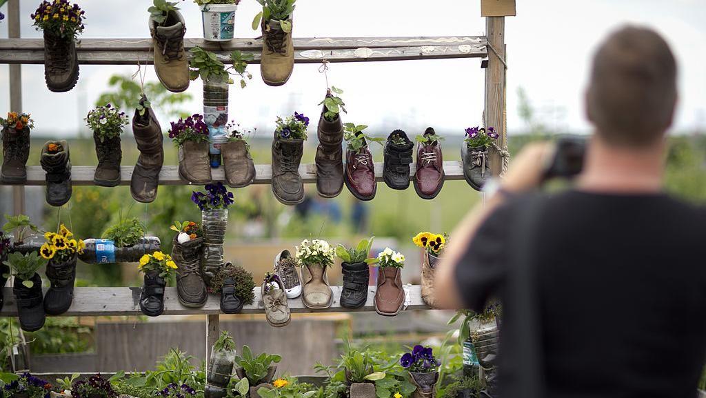 Ide Kreatif Menyulap Sepatu Bekas Jadi Vas Bunga