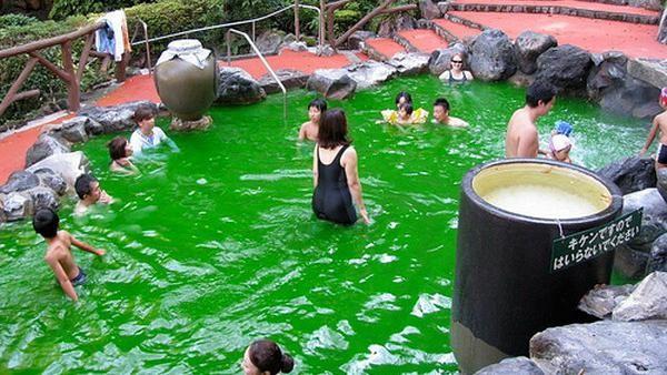 Lalu bagi tamu yang tidak suka minum anggur merah, tidak perlu khawatir. Karena, di tempat ini juga menawarkan kolam air panas green tea. Dok.Dailymail