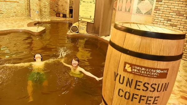 Ada juga pilihan untuk berendam di dalam air kopi loh. Dok.Dailymail