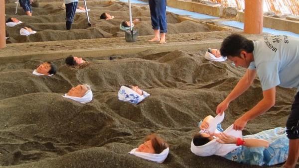 Tak cuma berendam di dalam air panas alami, onsen yang terletak di Pulau Kyushu, Jepang menawarkan fasilitas lain yang lebih seru. Mandi berendam di dalam gundukan tanah hangat ini jadi satu konsep onsen unik yang populer di kawasan ini. Dok.Stantopia