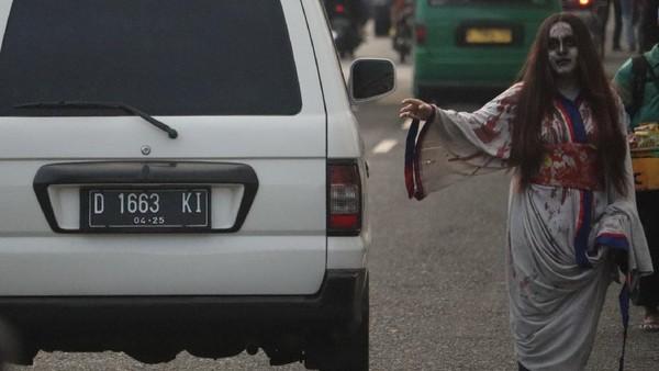 Ada yang meminta berswafoto atau sekedar menambahkan tangan kepada kendaraan yang melintas.(Wisma Putra/detikTravel)
