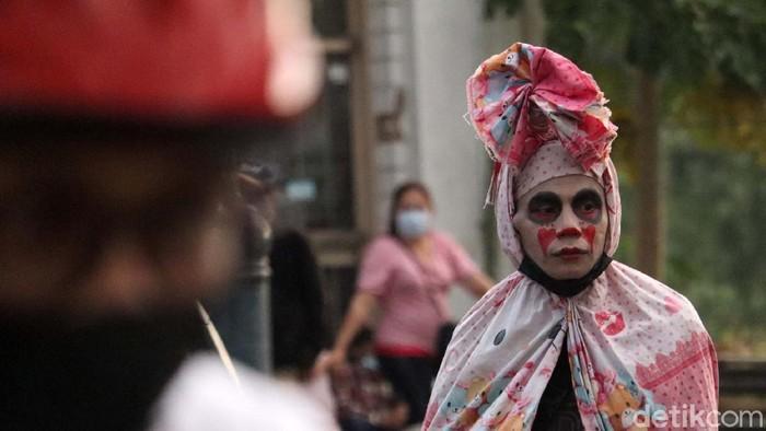 Sejumlah cosplayer kembali memadati Jalan Asia Afrika, Kota Bandung, Jawa Barat, setelah peraturan PPKM diperlonggar. Seperti cosplayer hantu ini.