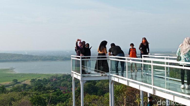 Kabupaten Cirebon, Jawa Barat, tak hanya menyuguhkan wisata kuliner, belanja dan sejarah. Daerah yang berada di pesisir utara Jawa Barat ini menyuguhkan wisata alam dan spot foto yang ciamik. Salah satunya Bukit Cinta Anti Galau.