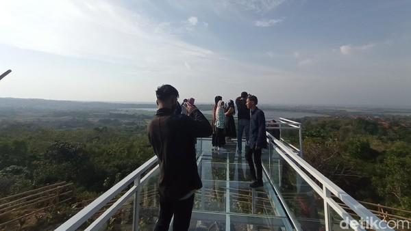 Wisata Bukit Cinta Anti Galau dikelola langsung oleh Ujang Busthomi. Pria yang akrab disapa Kang Ujang itu mengaku mengusung konsep bersantai.