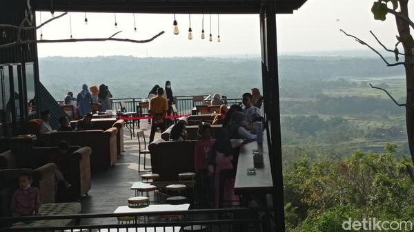 Kang Ujang mengatakan Bukit Cinta Anti Galau memiliki luas satu hektare. Pengelola menyediakan beberapa spot foto bagi wisatawan. Selain foto-foto, wisatawan bisa mencicipi kenikmatan menyantap makanan di Kafe Anti Galau sembari ditemani pemandangan yang ciamik.