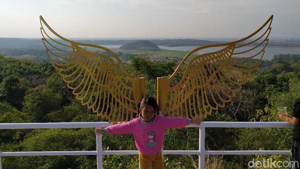 Lokasi wisata Bukit Anti Galau ini tam terlalu jauh dari Kota Cirebon, bisa ditempuh sekitar setengah jam dari pusat kota. Pengunjung cukup merogoh kocek Rp 10 ribu untuk bisa nongkrong dan berfoto-foto di atas ketinggian.