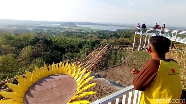 Sementara itu, salah seorang wisata Heri Syafruddin (33) asal Kecamatan Kejaksan, Kota Cirebon, mengaku senang dengan adanya wisata anyar yang menyuguhkan pemandangan. Heri bersama teman-temannya berwisata di Bukit Cinta Anti Galau demi mendapatkan momen senja.
