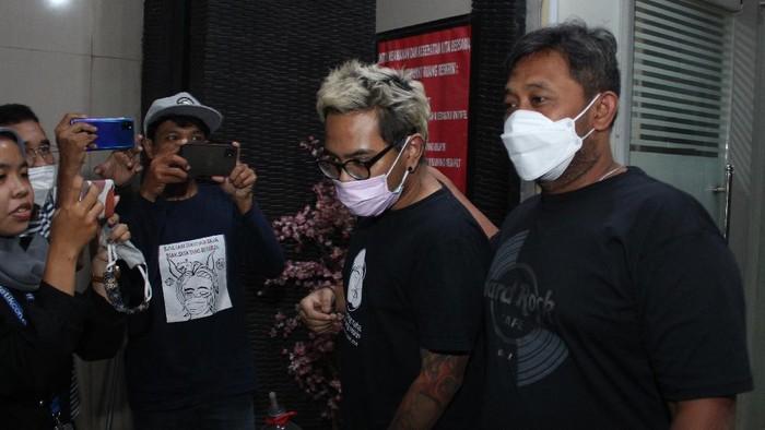 Penyidik kepolisian membawa Komika Reza Pardede alias Coki Pardede (kiri) berjalan keluar dari ruangan Kantor Sat Resnarkoba usai menjalani asesmen pengajuan rehabilitasi di Mapolres Metro Tangerang Kota, Tangerang, Banten, Sabtu (4/9/2021). Coki Pardede akan menjalani rehabilitasi di Rumah Sakit Ketergantungan Obat (RSKO) Cibubur, Jakarta Timur akibat kasus penyalahgunaan narkotika jenis sabu. ANTARA FOTO/Fauzan/wsj.