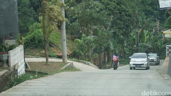 Tim detikcom melakukan perjalanan dari Ciawi dan melewati jalur alternatif. Di jalur ini perjalanan begitu lancar dan hanya tersendat di beberapa titik karena jalan tikus yang kami lewati tak muat untuk dua mobil lewat secara bersamaan. (Ahmad Masaul/detikcom)