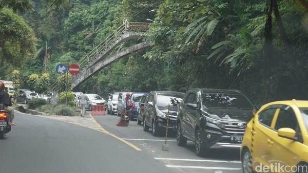 Di Cisarua, tepatnya di pertigaan Taman Safari mulai terjadi kemacetan karena polisi melakukan penutupan ke arah Jakarta. Ternyata, imbas dari penutupan ini sampai melewati Puncak Pass hingga sekitar 5 kilometer. (Ahmad Masaul/detikcom)