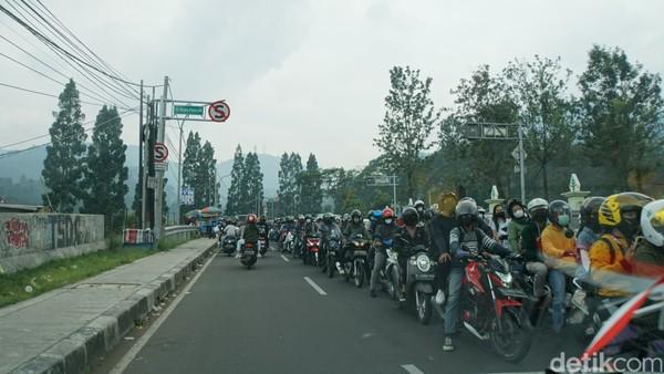 Kepadatan ini didominasi pemotor. Mereka sampai mengambil jalur ketiga dari arah berlawanan. (Ahmad Masaul/detikcom)