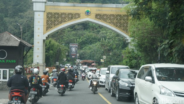 Jadi, sekira belasan atau 14 kilometer mobil memarkir di jalan akibat sistem buka tutup di Jalur Puncak, Bogor. Kemacetan ini berimbas ke jalur arah Cianjur dan kami lewati selama sekitar empat jam. (Ahmad Masaul/detikcom)