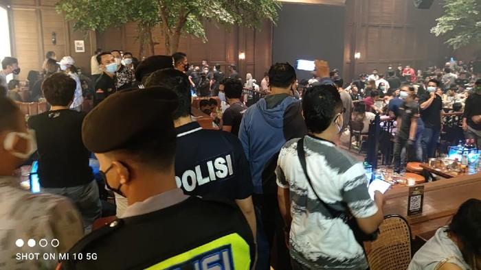 Kerumunan di Holywings Kemang dibubarkan polisi