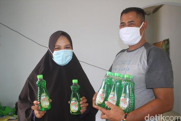 Awalnya dia memberanikan diri mengenalkan produk ke sejumlah pameran. Kini, hanya dalam dua bulan terakhir Irwaningsih sudah bisa memproduksi 3000 botol lebih dan sebagian kini menjadi barang oleh-oleh wisata.