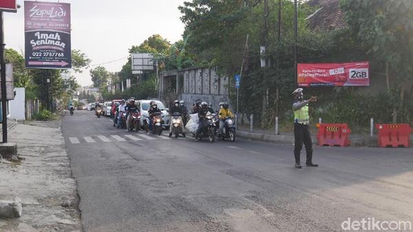 Pada libur akhir pekan kali ini ia menjelaskan terjadi peningkatan volume kendaraan yang memadati ruas Jalan Raya Lembang sebanyak 35 persen ketimbang hari-hari biasanya.