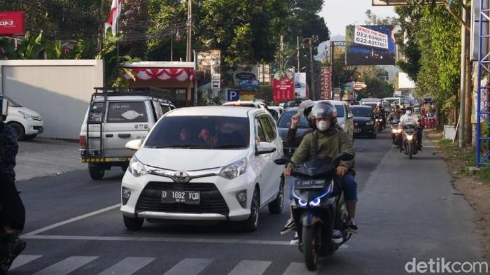 Arus balik kendaraan wisatawan luar daerah yang berkunjung ke kawasan wisata Lembang, Kabupaten Bandung Barat (KBB) pada libur akhir pekan kali ini terjadi sejak Minggu (5/9/2021) sore hingga malam hari.