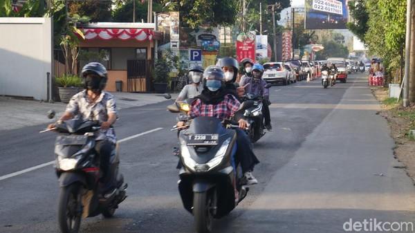 Selain itu pihaknya juga memberlakukan CB one way pada Minggu siang dam sore mengingat terjadinya penumpukan kendaraan dari arah Bandung menuju Lembang maupun sebaliknya.