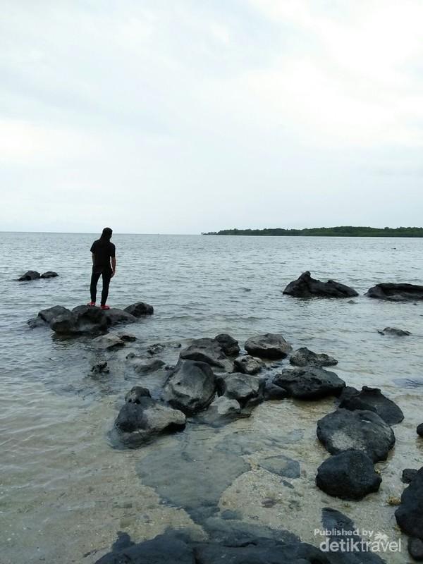 Pantai Bama memiliki pasir putih, dikelilingi hutan mangrove dan terdapat banyak monyet.