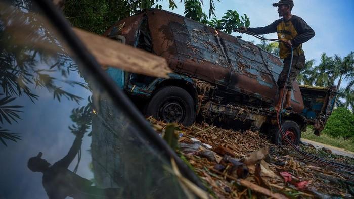 Seorang pekerja memotong bangkai angkot menggunakan las di Depok, Jawa Barat, Minggu (5/9/2021). Puluhan angkot yang sudah tidak berfungsi dan tidak layak jalan tersebut dipotong untuk diambil beberapa bagiannya yang masih memiliki nilai ekonomis. ANTARA FOTO/Wahyu Putro A/aww.