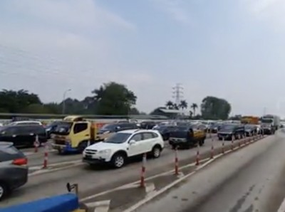 Minggu Siang, Kendaraan Mengular di GT Ciawi Menuju Puncak