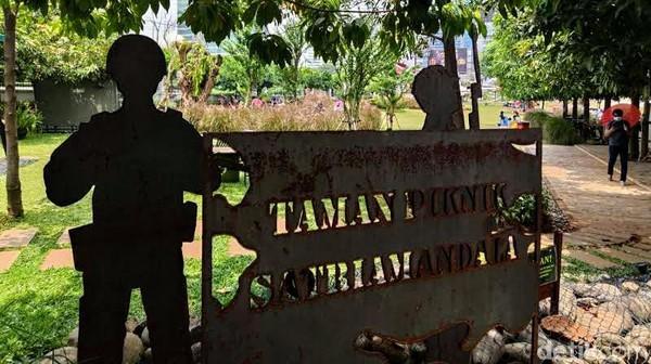 Namanya Taman Piknik Satriamandala yang berada di Jl Gatot Subroto, Jakarta. Lokasi pastinya ada tepat di Museum Satriamandala atau Pusjarah (Pusat Sejarah) TNI.
