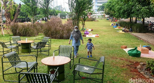 Tak cuma untuk makan lho, Taman Piknik Satria Mandala juga menyediakan area kerja terbuka untuk kamu yang menginginkan nuansa baru saat kerja dan meninggalkan deretan kubikal yang biasa kamu temui setiap harinya. Penasaran? Coba aja sendiri yaah.