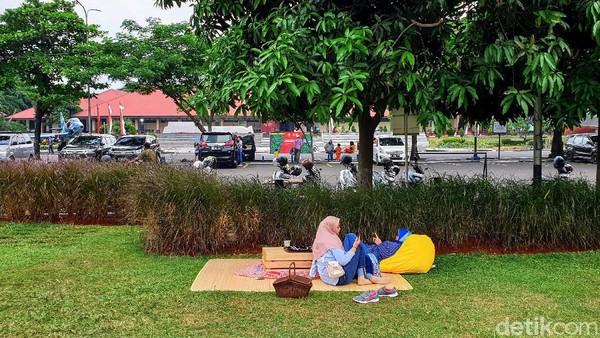 Lokasi persisnya sebenernya ada di taman atau parkiran depan halaman Museum Satriamandala. Karena dikemas dengan apik, lokasi ini jadi cozy banget lho.