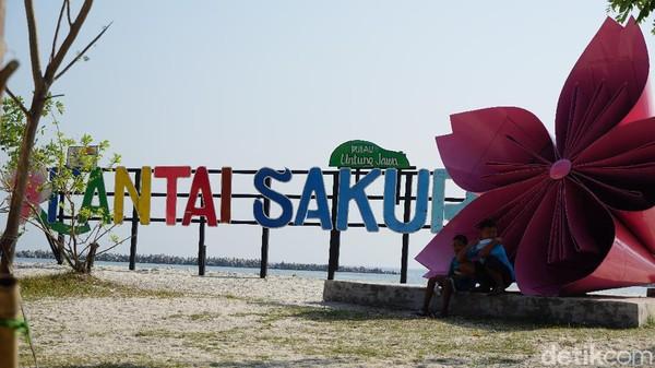 Salah satu pesona di Pulau Untung Jawa adalah Pantai Sakura. Pantai ini memiliki pasir putih yang lembut. (Femi Diah/detikcom)