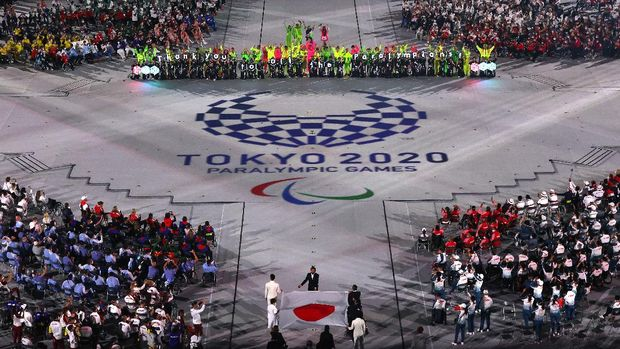 TOKYO, JAPAN - SEPTEMBER 05: The national flag of Japan is carried into the stadium by Tomoki Sato, Minobe Kasuyazu, Miyuki Yamada, Yamamoto Keiko, Motoki Iwakiri, Koike Sakura during the Closing Ceremony on day 12 of the Tokyo 2020 Paralympic Games at Olympic Stadium on September 05, 2021 in Tokyo, Japan. (Photo by Alex Pantling/Getty Images)