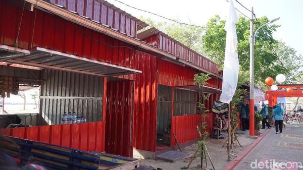 deretan warung makan dan suvenir di Pulau Untung Jawa. Warung-warung itu menderita selama PPKM. (Femi Diah/detik.com)