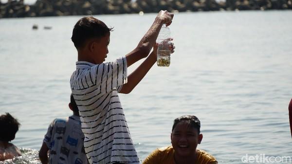 Pulau Untung Jawa memiliki pesona bahari berupa pantai pasir putih di Pantai Skura, juga taman nemo yang berjarak sekitar 50 meter dari Pantai Sakura.(Femi Diah/detikcom)