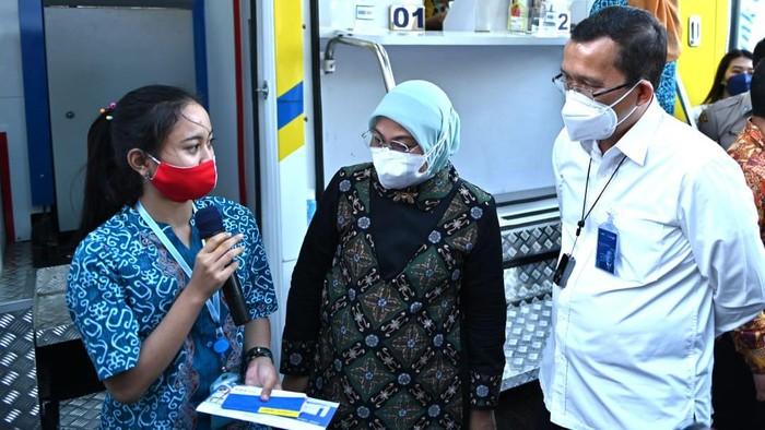 Direktur Utama Bank BTN Haru Koesmahargyo bersama Menteri Ketenagakerjaan Ida Fauziyah berbincang dengan pekerja usai mencairkan dana Program Bantuan Subsidi Upah (BSU) melalui mobil kas Bank BTN di Semarang, Jawa Tengah. Bank BTN berkomitmen mendukung berbagai program yang digulirkan pemerintah dalam upaya membantu masyarakat dan mempercepat pemulihan ekonomi nasional yang terdampak pandemi COVID-19. Salah satu programnya adalah Bantuan Subdisi Upah (BSU) Bagi Pekerja/Buruh dalam penanganan dampak COVID-19.  Sebagai mitra penyalur BSU dari Kementerian Ketenagakerjaan Republik Indonesia, Bank BTN hingga saat ini sudah menerima sejumlah 432.547 nama Penerima BSU, masing-masing Penerima akan mendapatkan Rp1 juta, yaitu Rp500 ribu sebulan dan dibayarkan sekaligus 2 bulan.