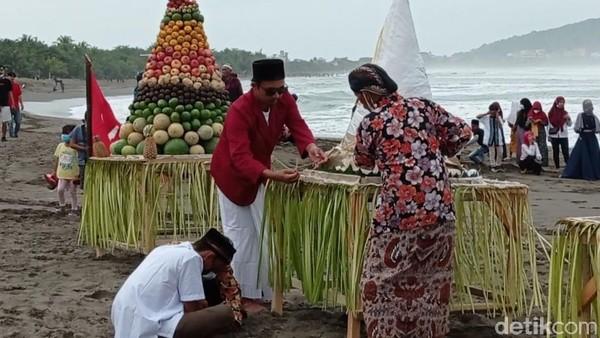 Padahal sesaji yang hendak mereka larung ke laut pun cukup banyak. Ada nasi tumpeng besar dengan tinggi lebih dari 1 meter, ada sayuran yang disusun, ada buah-buahan serta seekor kambing hidup.