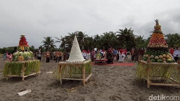 Sementara itu sebelum dibubarkan petugas, ritual ini sempat menarik perhatian wisatawan dan warga sekitar. Pasalnya acara larungan semacam itu jarang terjadi di Pangandaran.